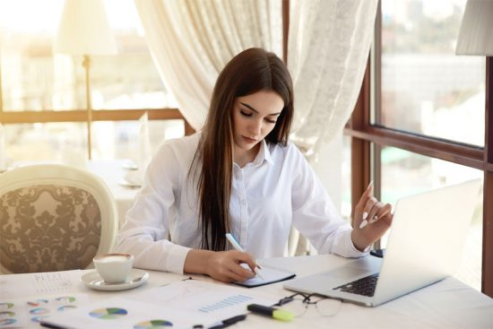 How to Write an Administrative Assistant Resume Objective (with Examples)